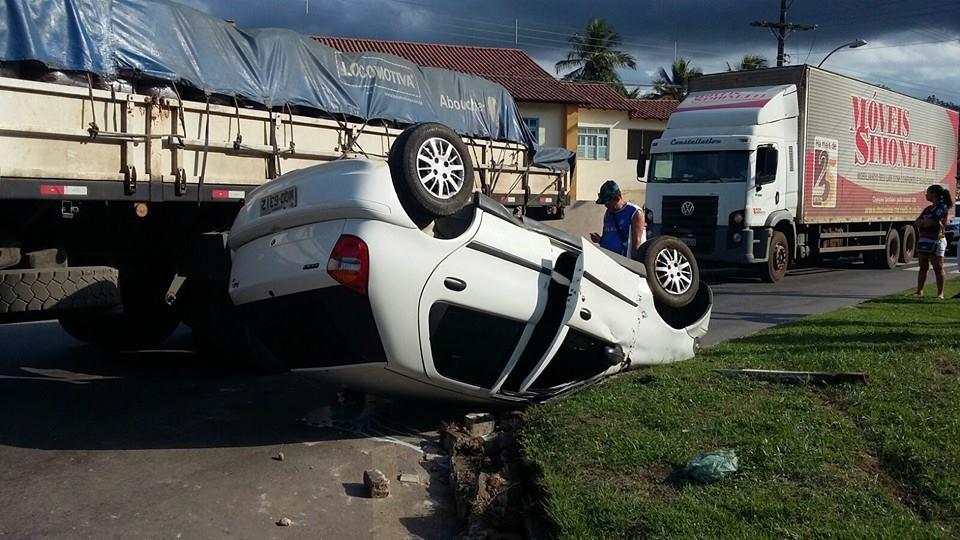 Motorista passa mal e capota carro em Ibiraçu